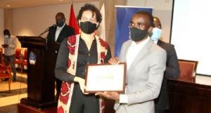 Ministra da Cultura, Turismo e Ambiente, Adjany Costa, entrega diploma a Dias Neto FOTO: FRANCISCO MIUDO